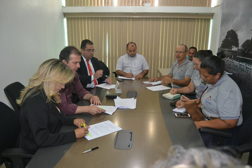 Auciney Maciel coordena reunião com representantes do sindicato da educação municipal