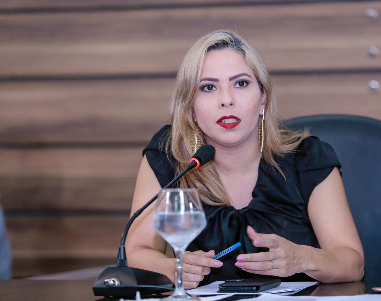 Bruna Guimarães cobra da PMM serviços de tapa buracos