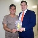 Escritor presenteia Acácio Favacho com livro de sua autoria e agradece pelo incentivo à cultura