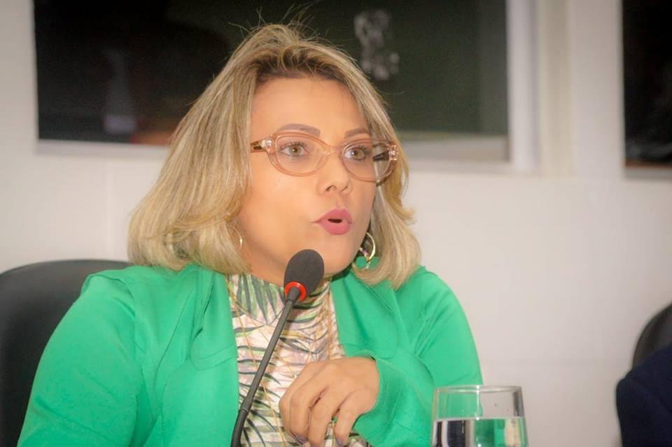 Patriciana Guimarães cobra melhorias para ruas do bairro Novo Horizonte.