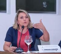Patriciana Guimarães requer asfaltamento para o bairro Universidade